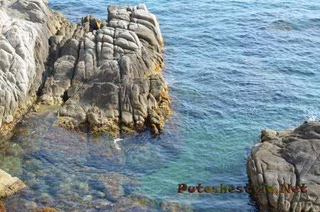 Прозрачная вода Средиземного моря в Ллорет-де-Мар