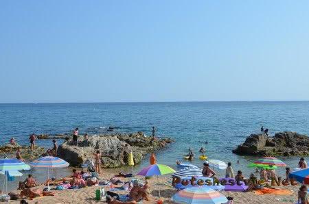 Отдыхающее на пляже Ллорет-де-Мар