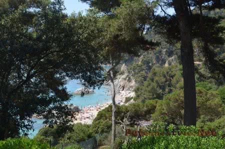 Многолюдный пляж Феналс в Ллорет-де-Мар
