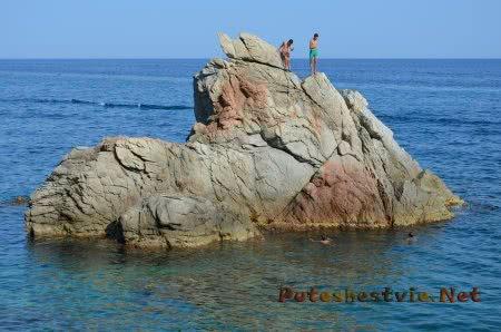 Молодежь прыгает со скал в море в Ллорет-де-Мар