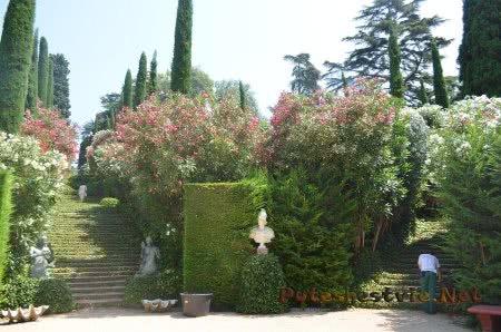 Садовник трудящийся в Саду Святой Клотильды в Ллорет-де-Мар