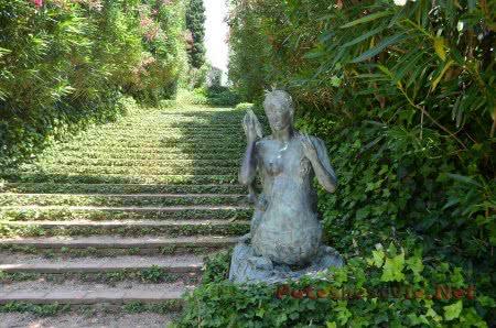 Статуя русалки в Саду Святой Клотильды