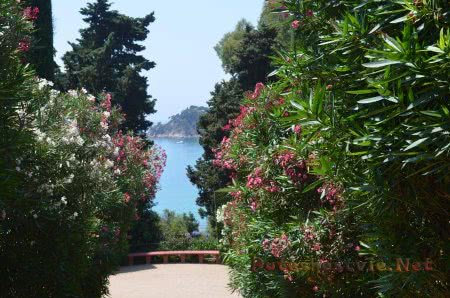 Смотровая площадка на море в Саду Святой Клотильды в Ллорет-де-Мар