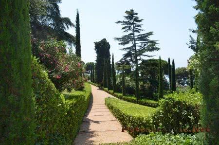 Обихоженные тропинки в Саду Святой Клотильды в Ллорет-де-Мар