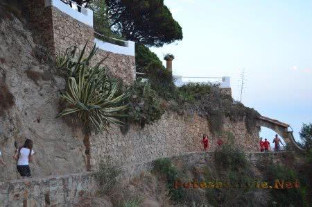 Туристы гуляющие по скалам
