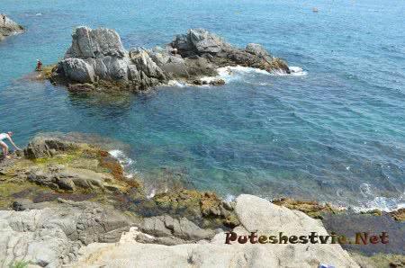 Море омывающее прибрежные скалы