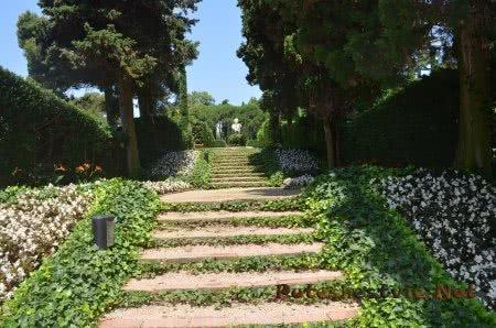 Дорожки в Саду Святой Клотильды увитые плющом