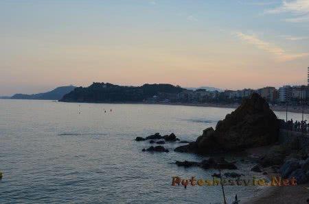 Вечерний вид на побережье в Ллорет-де-Мар