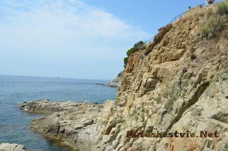 Мощные скалы обравыющиеся в море в Ллорет-де-Мар