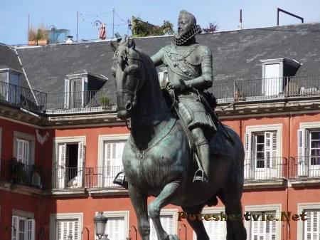Статуя короля Испании на Плаза Майор