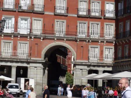 Выход на другую улицу с Главной площади Мадрида