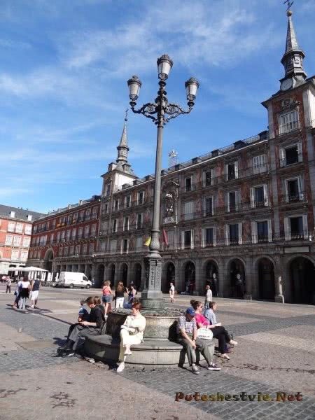 Красивые фонарные столбы на Пласа Майор Мадрида