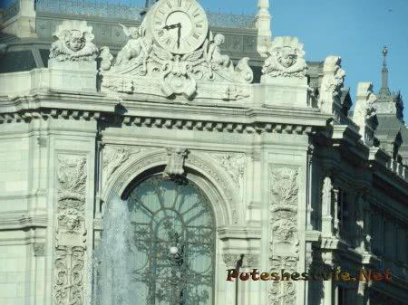 Часы на одном из зданий в Мадриде