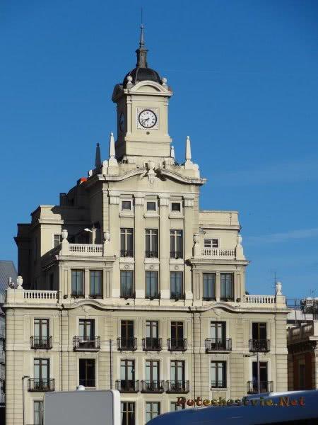 Пирамидальное здание Мадрида