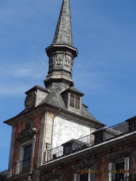 Башенка на Каса де Панадерия на Пласа Майор в Мадриде