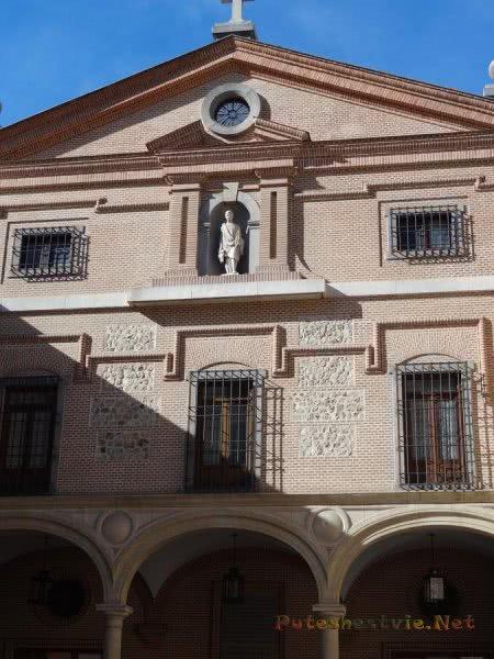 Строгое здание в испанской столице