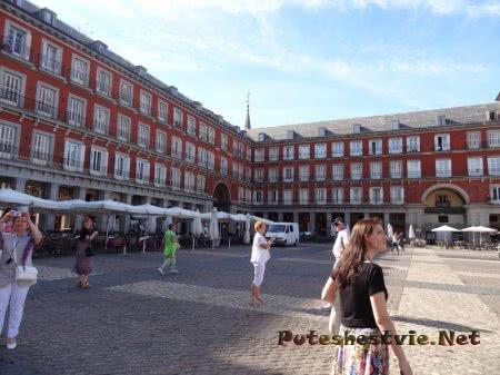 Туристы на Плаза Майор в Мадриде