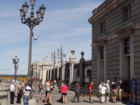 Очередь на посещение Королевского дворца в Мадриде