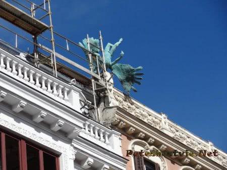 Фигурка падающего Икара на здании Мадрида