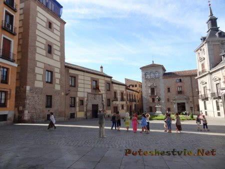 Туристы на мадридской площади
