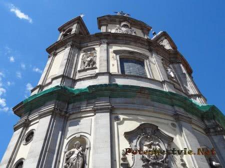 Медальоны и статуи украшающие здание