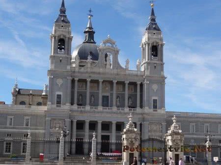 Кафедральный католический собор в Мадриде