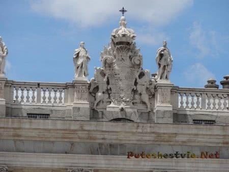 Украшение портика крыши Королевского дворца Мадрида
