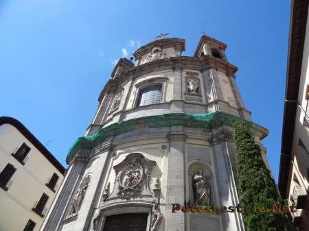 Красивая входная часть здания в Мадриде