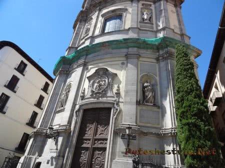 Дверь в старинное здание Мадрида