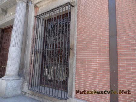 Зарешеченные окна первых этажей в Мадриде