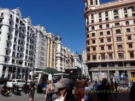 Многолюдная улица Мадрида