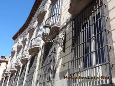 Кованные решетки балконы и часть фонаря в Мадриде