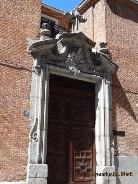 Красивое оформление входной арки ворот