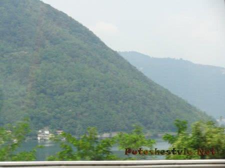 Горы и озеро в туманной дымке