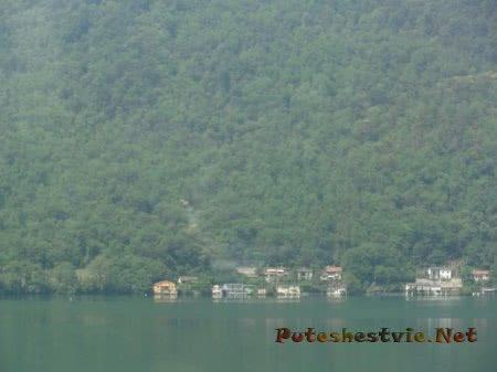 Сонная деревенька на горном озере в Швейцарии