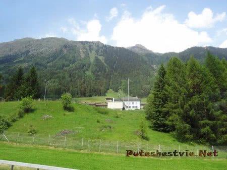 Маленькие строения вдоль горных дорог Швейцарии