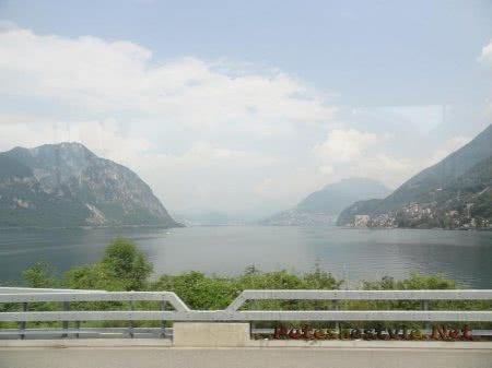 Виды с моста на озере в Швейцарии