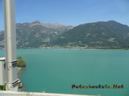Красивый цвет воды горного озера в Швейцарии