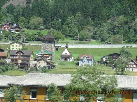 Маленький город среди живописных Альп