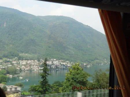 Швейцарский городок на берегу горного озера