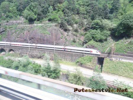 Железная дорога по краю горного обрыва в Швейцарии