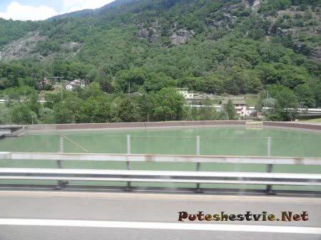 Горное озеро у автомагистрали в Швейцарии