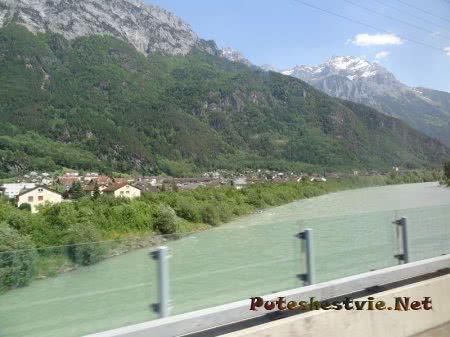 Селение на берегу реки среди Альпийских гор