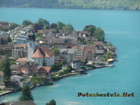 Старый город рядом с швейцарским озером