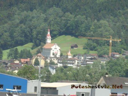 Старый горный поселок разширяется и строится