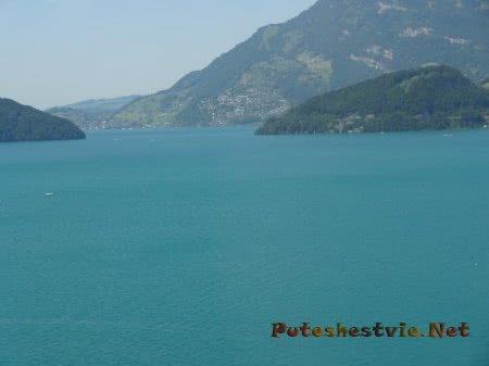 Голубые воды горного озера в Швейцарии