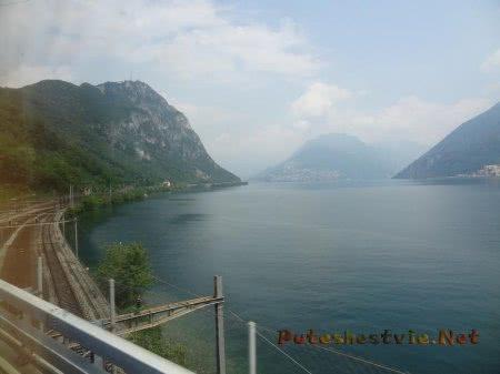 Железная дорога между горами и озером в Швейцарии