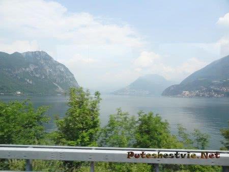 Горные хребты и озеро в Швейцарии