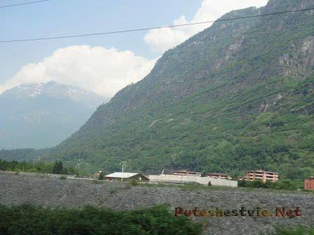 Заснеженная вершина горы вдалеке