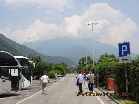 Паркинг для автобусов среди Альп Швейцарии